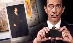 """Los genios nunca mueren: Salvador Dalí se toma un """"selfie"""" con los visitantes de un museo"""