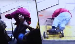 EEUU: mujer mata a un anciano de un brutal empujón dentro de bus