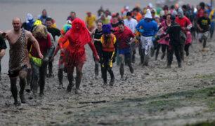 Inglaterra: cientos de personas corrieron disfrazadas en el lodo