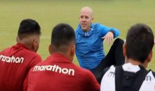 Gian Marco sorprendió a jugadores de la 'U' en Campo Mar y les dio una charla