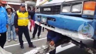 Surco: cobrador se metió debajo de cúster para evitar que la  decomisen