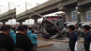 Bus del corredor morado choca contra combi y se estrella contra un poste en SJL