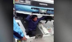 Chofer se tiró debajo de bus para evitar ser llevado por inspectores