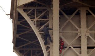 París: evacuan Torre Eiffel por hombre que escala la estructura