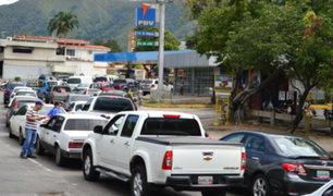Venezuela: realizan largas colas para comprar combustible
