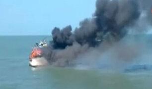 Lambayeque: embarcación pesquera se incendia en Pimentel