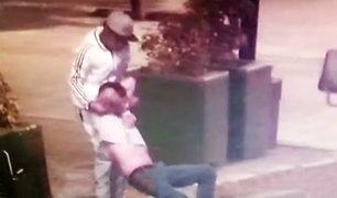 Surquillo: conductor de cúster pirata asalta pasajero y lo arroja a la vía pública