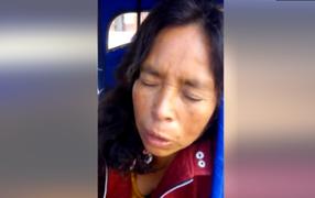 Mujer sale de su vivienda y delincuentes le arrojan gasolina en el rostro para asaltarla