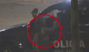 Policía es captado manoseando a extranjera durante intervención