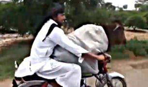 VIDEO: captan a hombre paseando a vaca en motocicleta