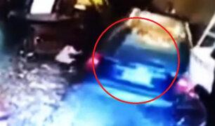 Chofer acelera por error e impacta contra restaurante