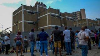 Motín en Venezuela: familiares de presos fallecidos exigen que entreguen cadáveres