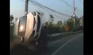 Tailandia: automóvil pasa sobre un motociclista y sobrevive