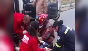 Surco: cobradora de combi sufre aparatosa caída