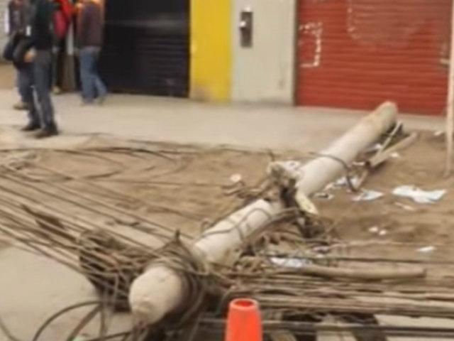 El Agustino: caída de postes dejó congestión vehicular en la Av. Riva Agüero