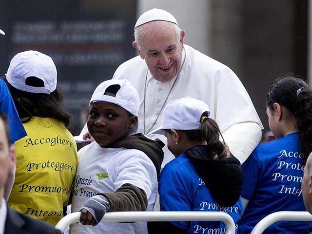 Papa Francisco paseó en su papamóvil a ocho niños refugiados