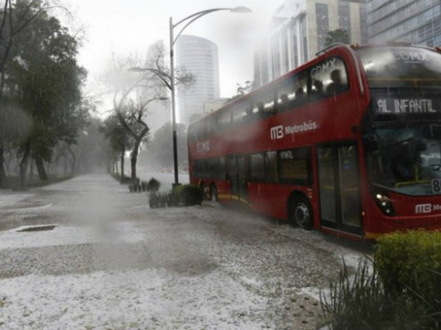LLuvia acompañada de granizo sorprendió a los habitantes de Ciudad de México