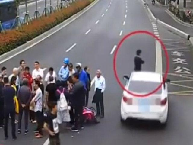 China: doble atropello fue registrado por cámara de seguridad