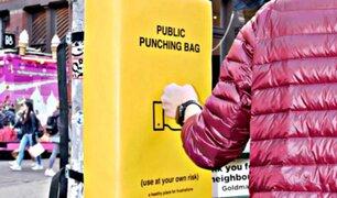 Instalan sacos de boxeo en calles para que ciudadanos desahoguen su ira