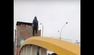 Vía Expresa: joven arriesga su vida al caminar por arcos de puente