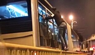 Metropolitano: delincuente intentó robar celular por ventana de bus