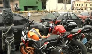 Cercado de Lima: motociclistas usan veredas como estacionamientos