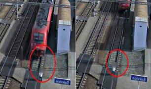 Mujer distraída con su celular casi muere atropellada por tren