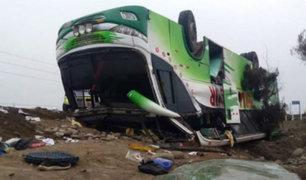Dos muertos tras volcadura de bus en Panamericana Sur
