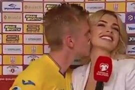 Jugador del Manchester City le roba un beso a reportera que lo entrevistaba