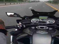 VIDEO: joven muere mientras se grababa manejando su moto con los pies