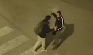 SJL: delincuente amenaza a estudiante con enorme cuchillo