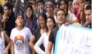 Estudiantes de la Escuela Nacional de Folklore protestan por presuntas irregularidades en su institución