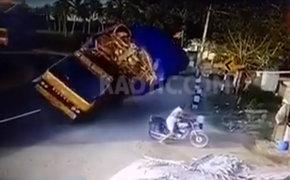 Impactantes imágenes: camión se despista y aplasta a motociclista