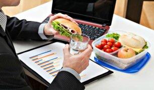 ¿Por qué no debe comer en el escritorio de su trabajo?: estas son las razones