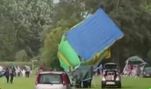 Reino Unido: juego inflable se volcó por fuertes vientos y dejó 4 heridos