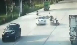 China: dos motociclistas fueron arrollados por auto fuera de control