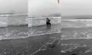 Policías rescatan a una mujer que intentó quitarse la vida en la playa de Lurín