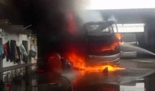 Ate: buses interprovinciales se incendiaron en taller mecánico
