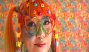 EEUU: joven influencer se viste como un arcoíris humano