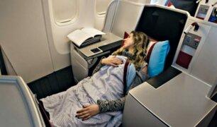 Mujer se duerme durante vuelo y queda atrapada en avión por varias horas