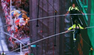 Hermanos equilibristas cruzaron Times Square caminando sobre una cuerda floja