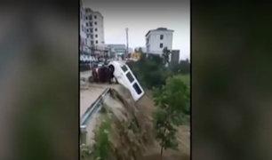 China: inundaciones arrastran a furgoneta con pasajeros a barranco