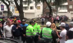 Policías, fiscalizadores y colectiveros se pelean en plena avenida Arequipa