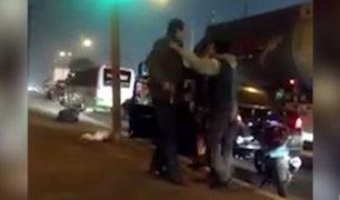 Policía en retiro amenaza con un arma a motociclista en plena calle