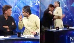 Periodista y político protagonizan acalorada pelea en transmisión en vivo