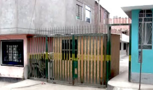 SJM: anciana invade vía pública con cuarto usado como depósito