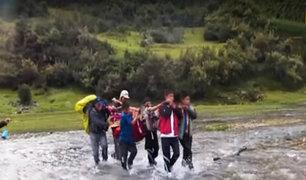 Huaraz: con chompas y palos escolares armaron camilla para salvar a turista