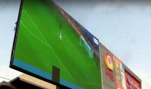Ate: vecinos se reunieron para ver partido en pantalla gigante