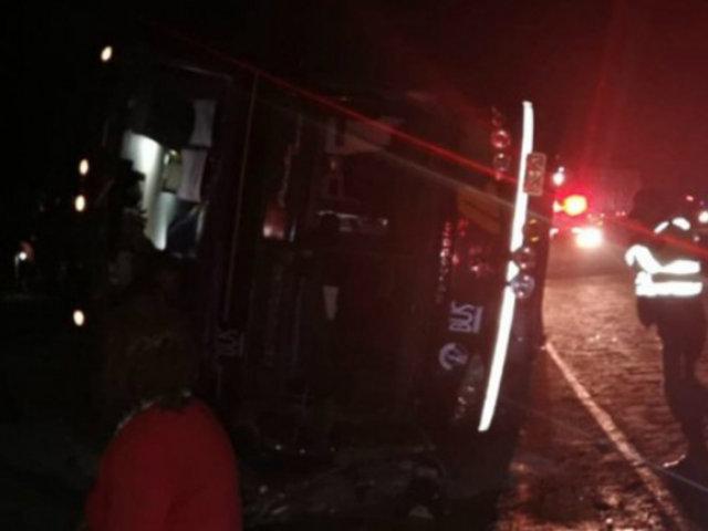 Arequipa: al menos dos muertos y más de 50 heridos tras volcadura de bus