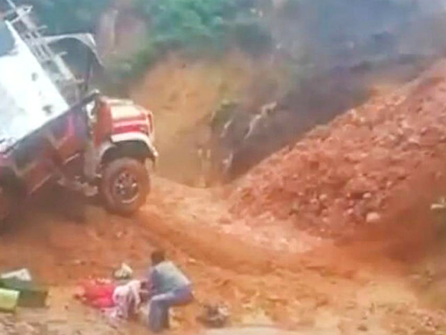 Colombia: deslizamiento de tierra en carretera arrastró un bus